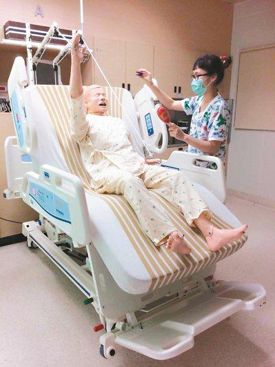 林口長庚亞急性呼吸照護中心找來音樂治療師,並運用特製的病床,幫助仰賴呼吸器的患者...
