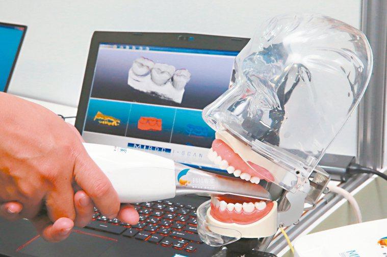 經濟部昨天展示藍光線雷射口內掃描系統,可快速完成口腔建模程序,減少製作假牙過程中...