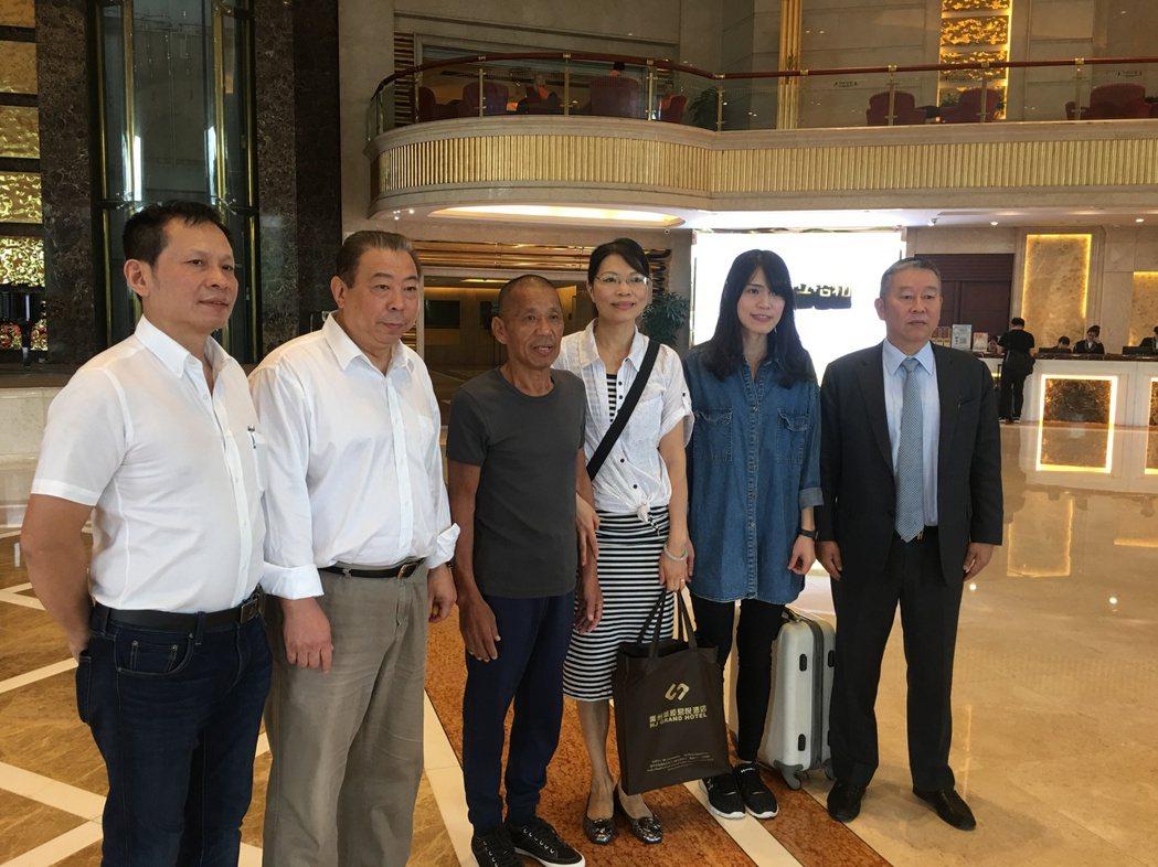 李俊敏(左一)成功營救沈瑞章(左三)。 本報資料照片