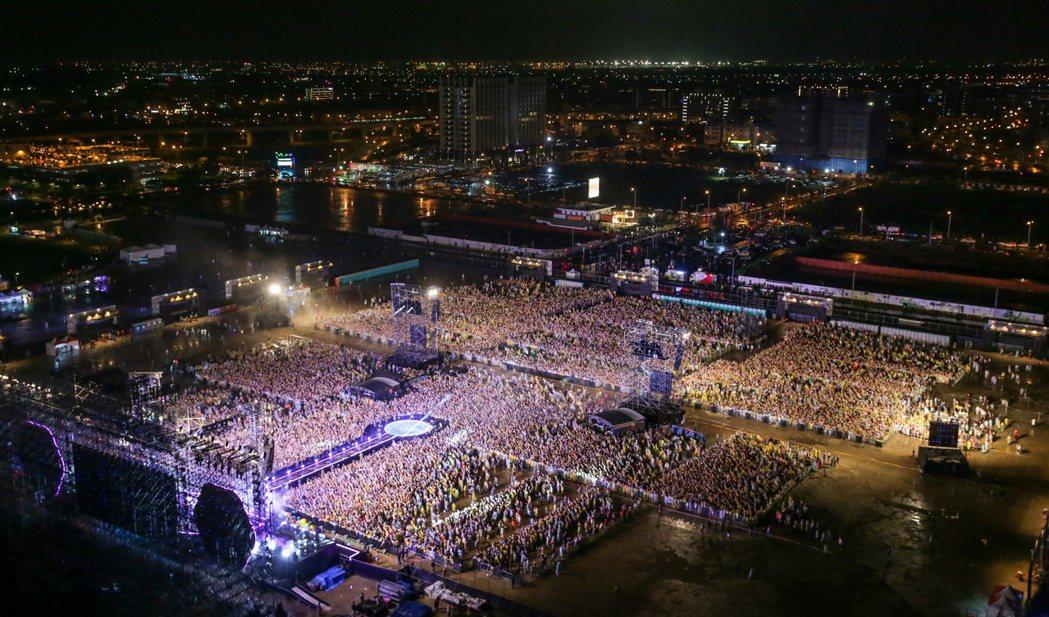 英國樂團酷玩11日晚間在桃園高鐵站前廣場開唱,現場擠滿四萬名歌迷,從高空中俯瞰甚...