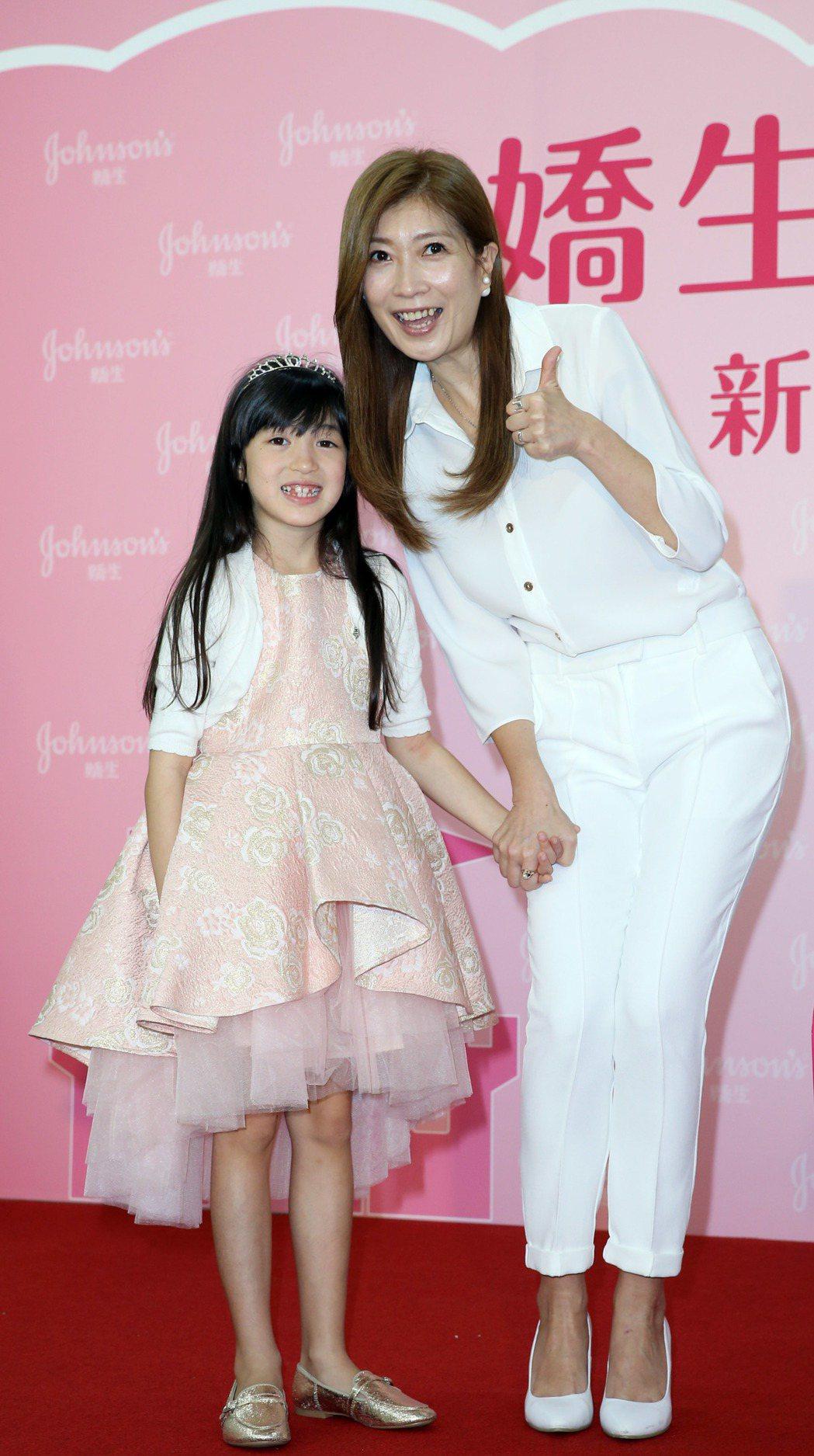 黃嘉千和女兒夏天出席代言活動。記者陳瑞源/攝影