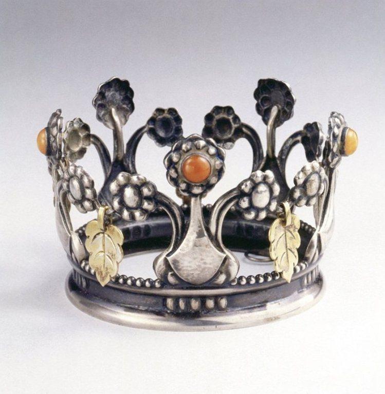 骨董作品銀雕新娘皇冠,是喬治傑生大師於1911年設計的結婚賀禮,呈現美麗的孔雀與...