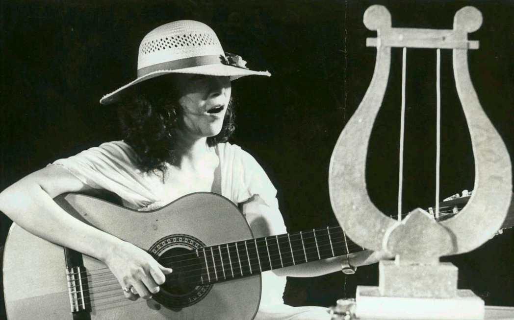 錄製金曲十年專輯,洪小喬再度手抱吉他半遮面。 圖/報系資料照