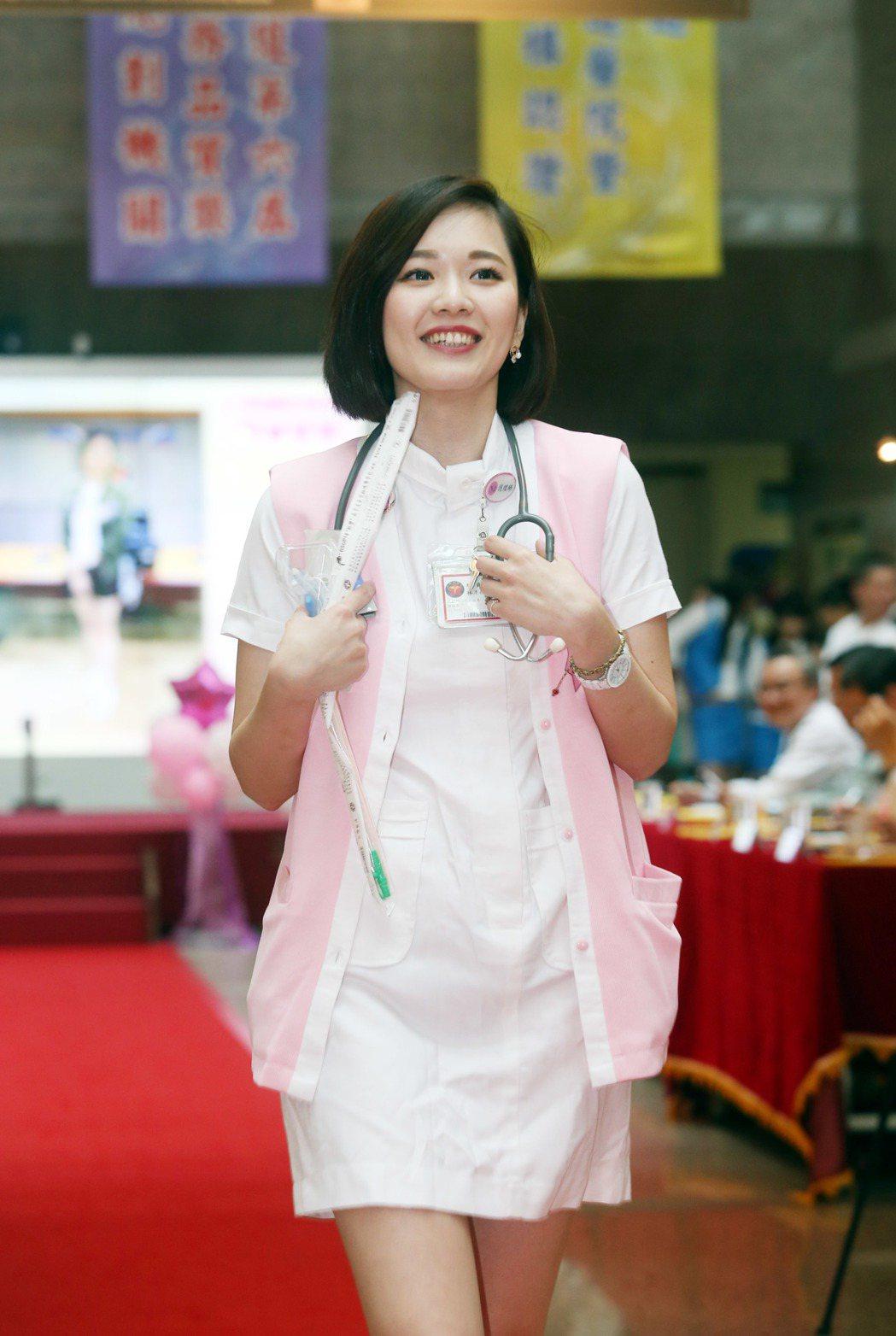 三軍總醫院昨天舉行「決戰職場伸展台─護理之星形象走秀競賽」,林彥孜得到第二名。 ...