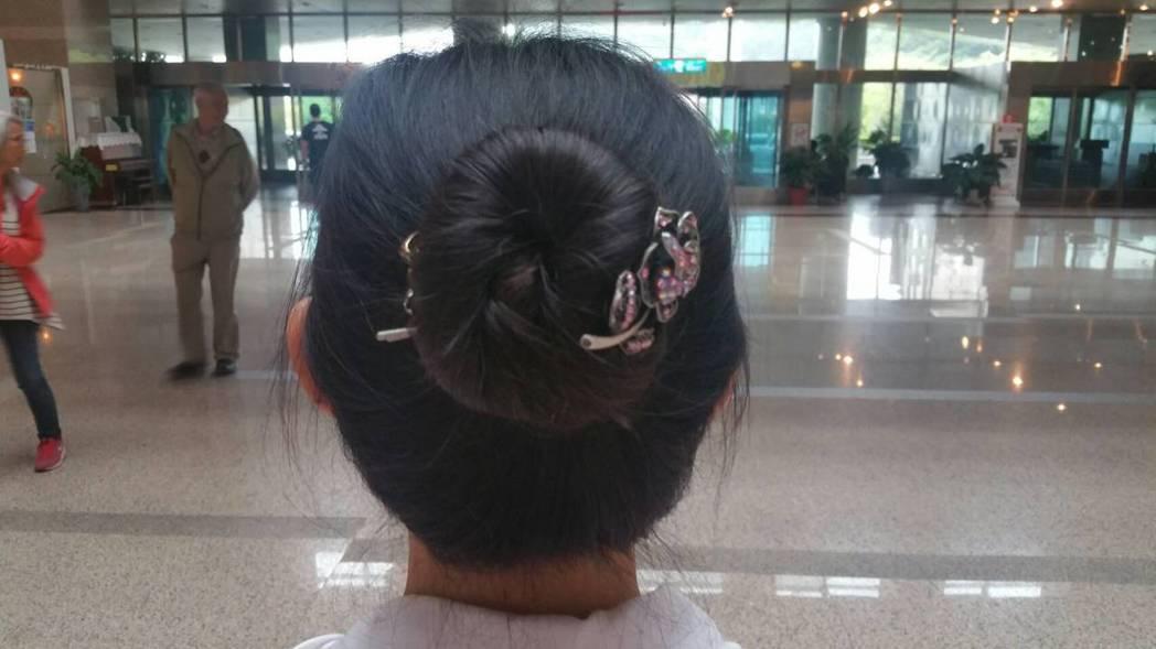 護理師的髮型講求整齊,若為長髮需盤起,長度不過肩。 圖/三軍總醫院提供