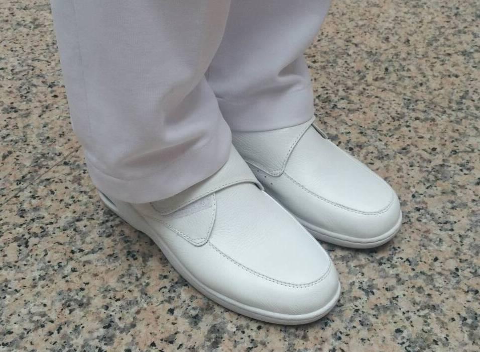 護理師著白色包鞋,雖有中間帶孔洞的款式可選擇,但若不小心有針劑掉落恐受傷。 圖/...