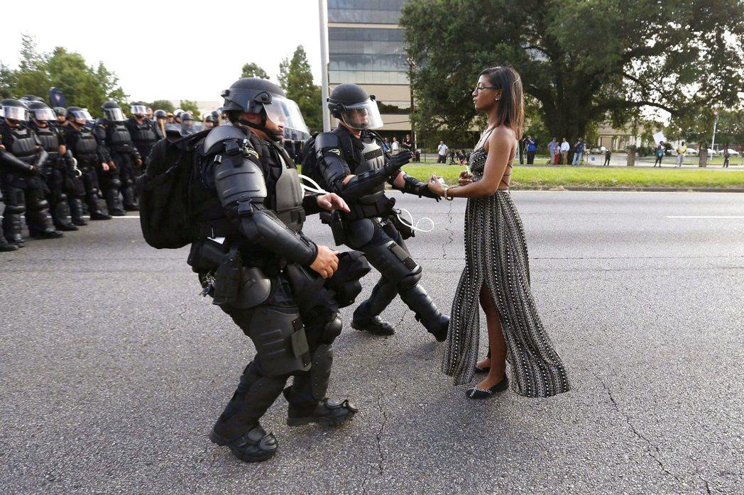 批評者說,坎達兒.珍娜拿可樂給警察的畫面,靈感顯然來自這張「黑人的命也是命」示威...