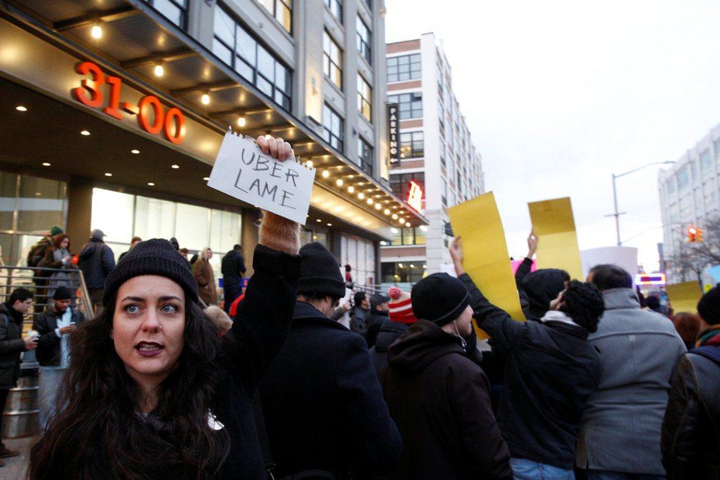 示威者今年二月在優步(Uber)紐約辦公室前抗議。 路透