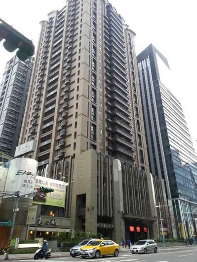 帝寶三拍昨天順利拍出,不過媒體人范可欽名下、位於新北市的豪宅「東方明珠」則因債權...