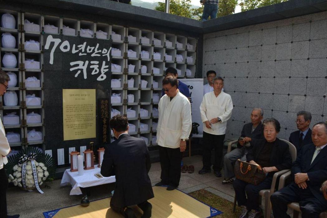 遺骨奉還之旅,最後在首爾市政廣場舉行追悼儀式,葬於首爾市的公共紀念墓地。 圖/<...