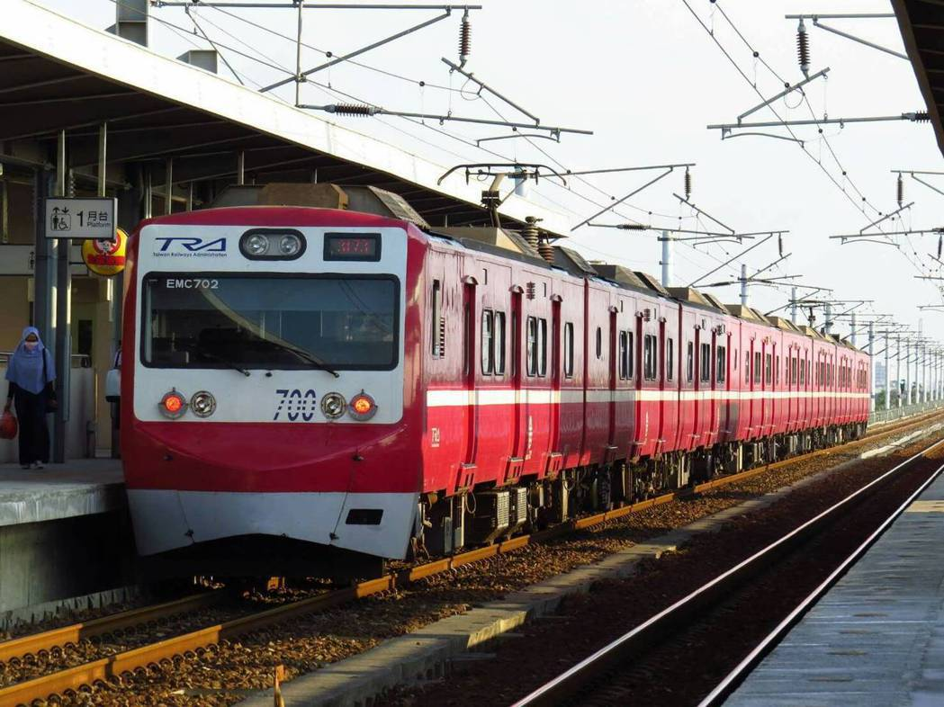 彩繪上日本京急電鐵紅色外觀的阿福號列車,吸引鐵道迷追逐。 圖/林志浩提供