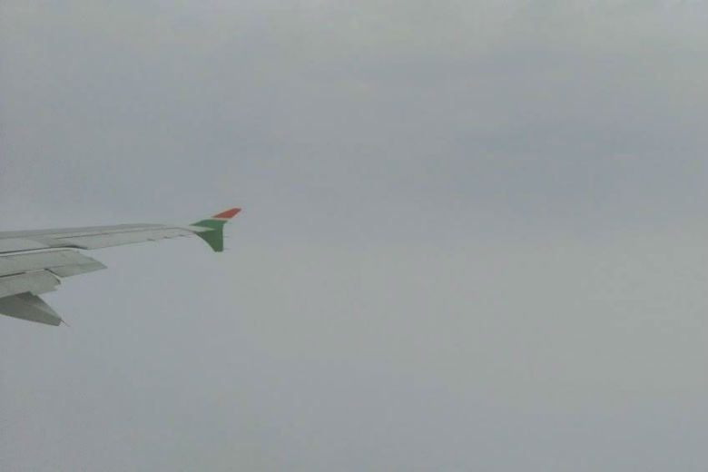 霧季期間飛機準備降落,在相當接近地面處,由於受大霧影響能見度非常低。 圖/作者提供