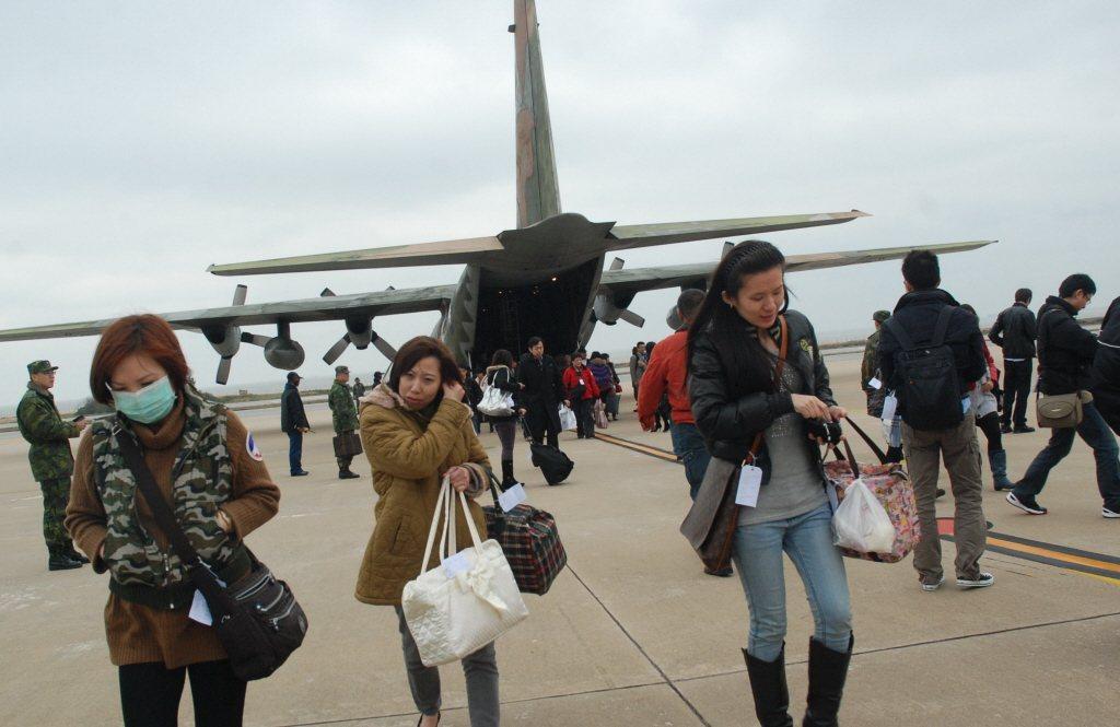 台灣人搭飛機是出去玩,金門人卻是搭飛機赴台,為了取得社會/經濟/醫療/教育資源,接著才有後面零零種種所謂「翻轉偏鄉宿命」的浪漫故事。圖為國軍協助運送霧季期間受影響的旅客。 圖/聯合報系資料照