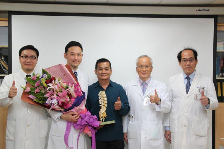 邱姓病患(中)感謝醫師傅建堯(左二)為他手術後撿回一命。記者黃寅/攝影
