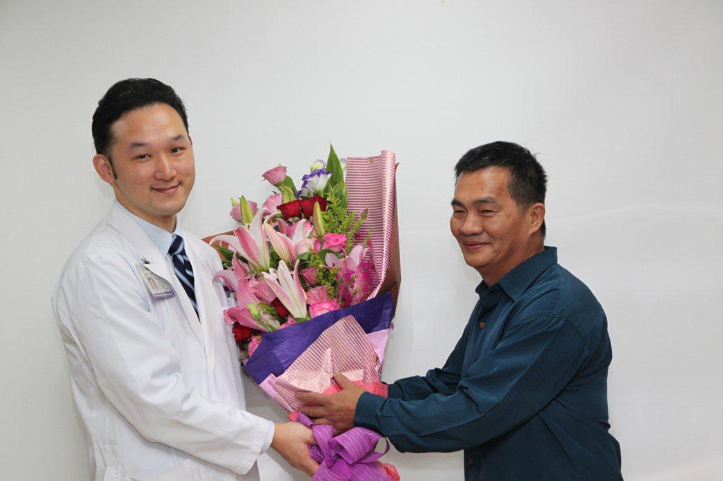 邱姓病患(右)感謝醫師傅建堯為他手術後撿回一命。記者黃寅/攝影