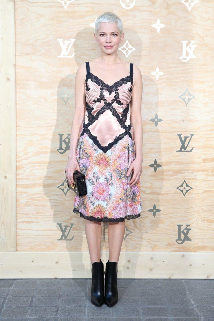 蜜雪兒威廉斯以短髮搭襯裙裝、靴款,取得巧妙平衡。圖/LV提供