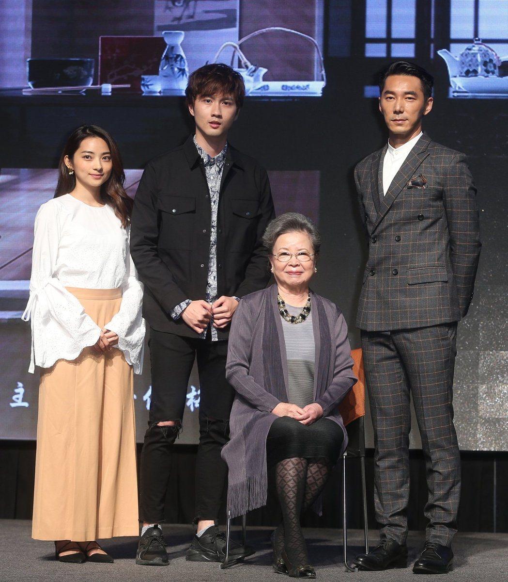 李李仁(右起)演出「閱讀時光II-先生媽」,與同戲梅芳、張捷、安娜出席首映會。記