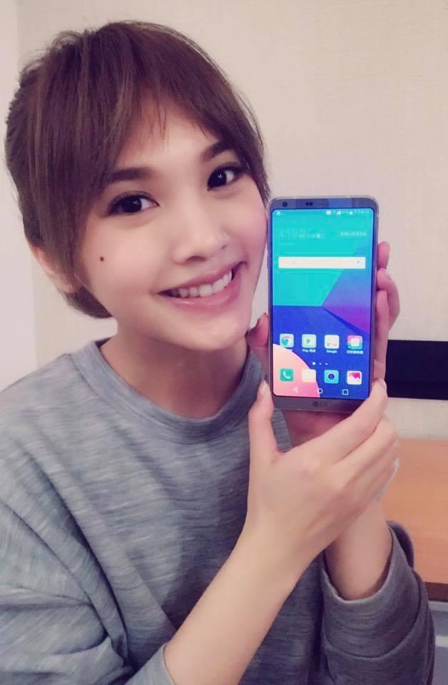 楊丞琳在粉絲團搶先曝光與手機合照,許多粉絲已猜到新代言LG。圖/摘自楊丞琳Rai
