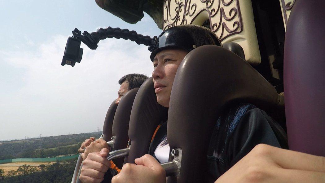 趙正平挑戰遊樂園超激設施,被嚇到面無表情。圖/三立提供