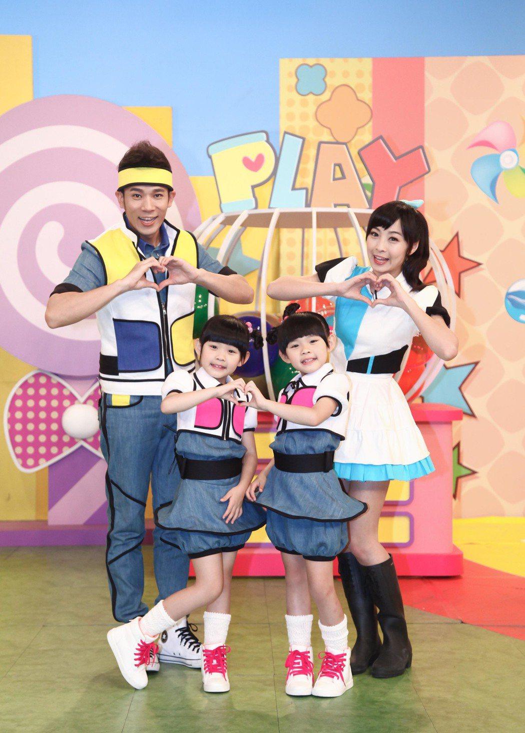 左左右右(中)接下兒童節目主持棒,左為香蕉哥哥和月亮姐姐(右)。圖/東森幼幼台提