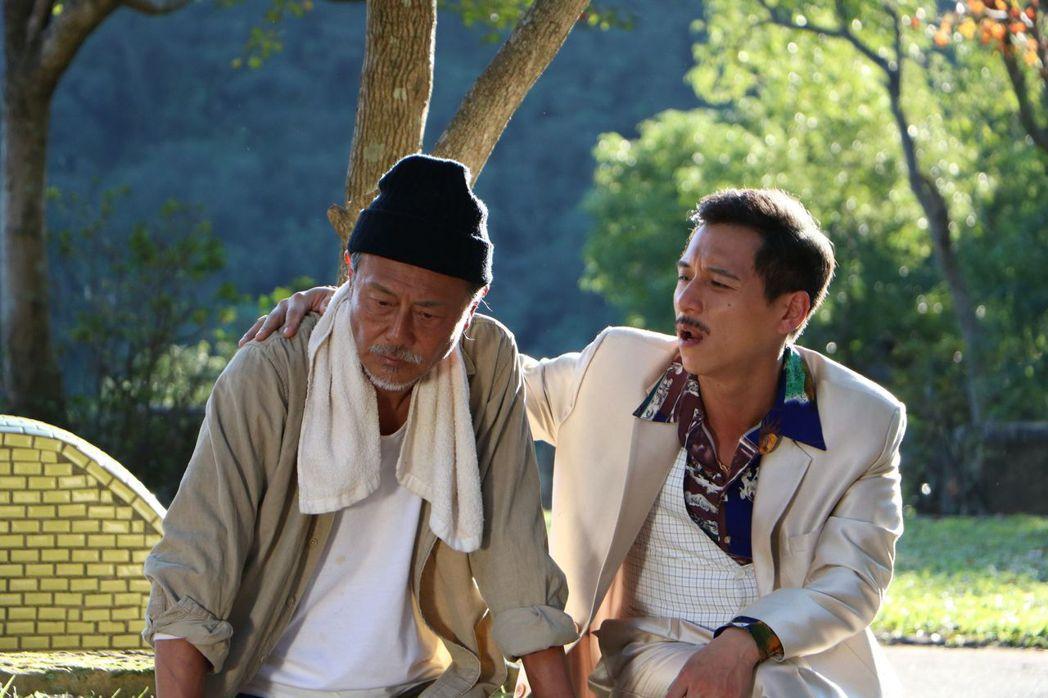 鄭人碩(右)在戲中和劉德凱不打不相識 。圖/中天提供