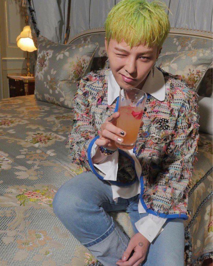 G-Dragon和劉詩詩穿同一件外套,也是搭配牛仔褲,展現「女裝男穿」的混搭風。...