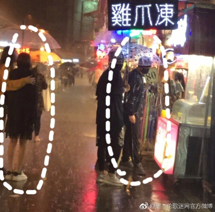 周杰倫(右)與昆凌(左)逛夜市。 圖/擷自周杰倫歌迷網官方微博