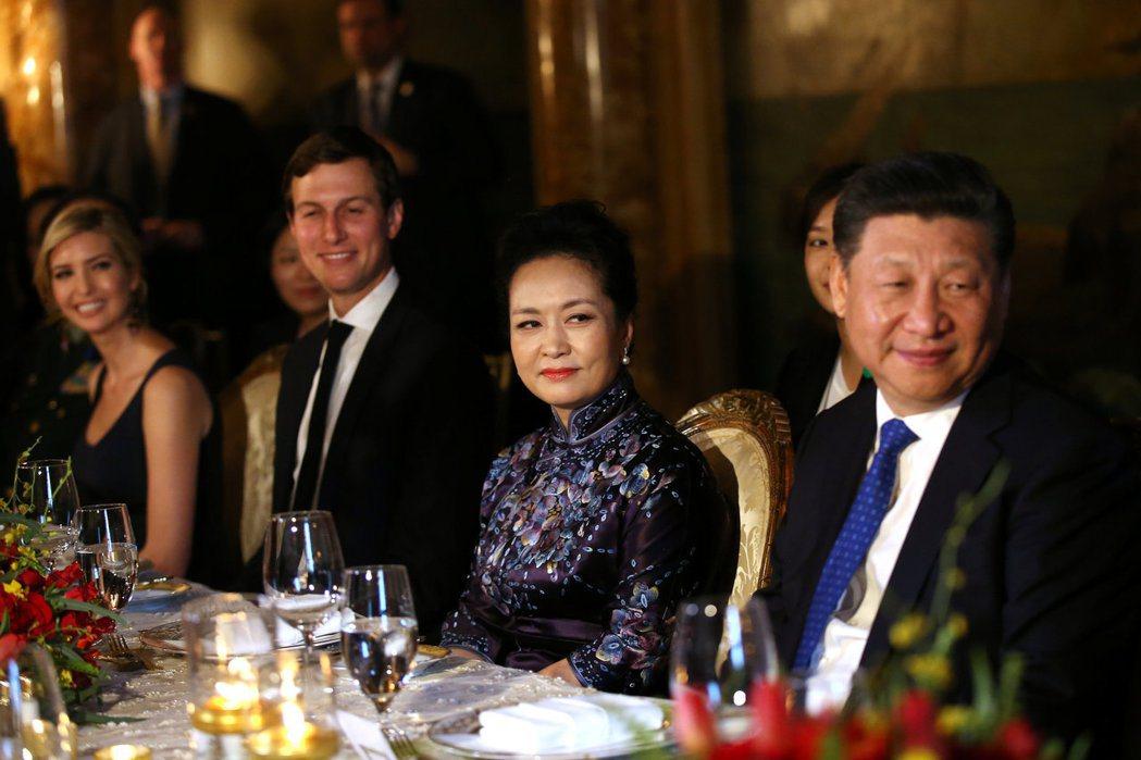 川普總統的女兒伊凡卡(左起)、庫許納、彭麗媛與習近平在晚宴上比鄰而坐。(路透)