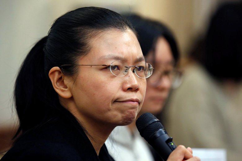 強忍著淚水的李凈瑜,要拯救的不只是她丈夫的自由,還有全體台灣人民免於恐懼中國暴政...