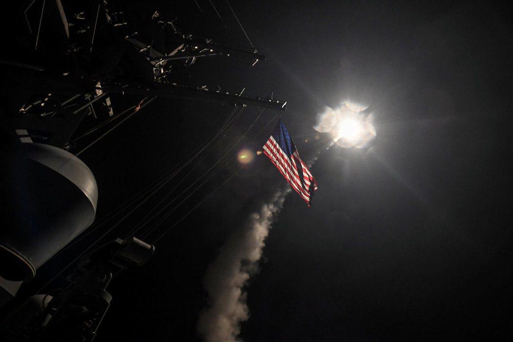 美國於4月7日以懲罰化武攻擊為藉口,對敘利亞政府軍發動空襲,國務卿蒂勒森並指責俄...