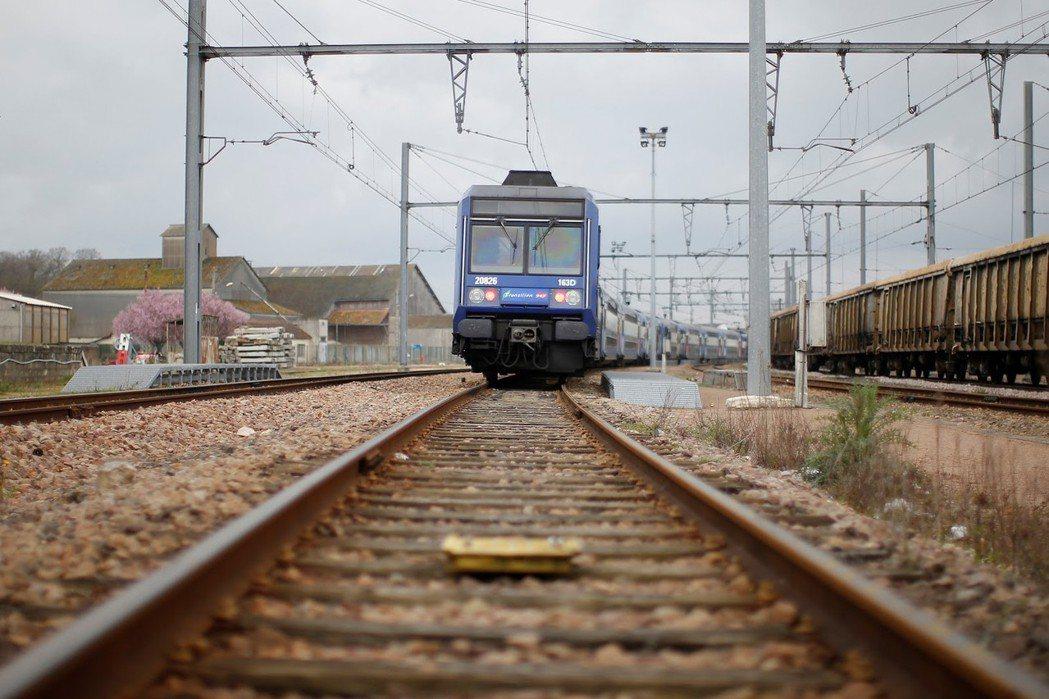 想像一下,一輛失控的電車正要衝向五個人,如果你扳動開關,就可以讓它轉向旁邊的一位...