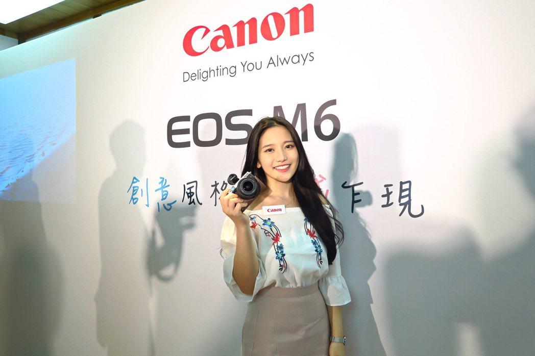 EOS M6上市記者會更請到當紅旅遊網美蔡瑞雪站台。 彭子豪/攝影