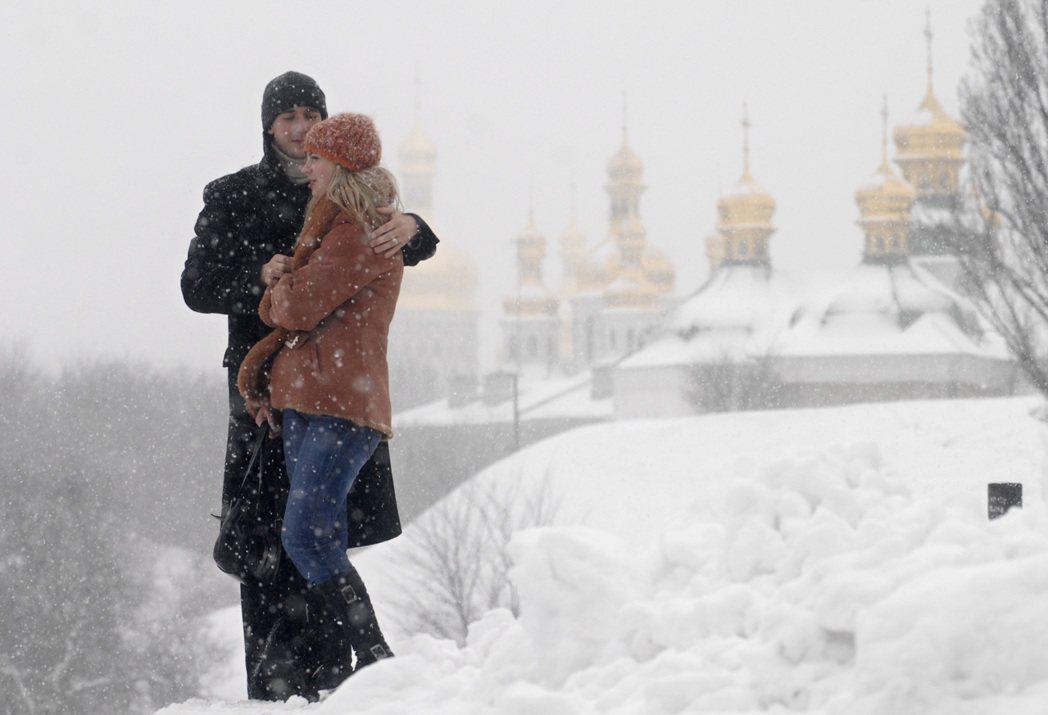 一對年輕夫婦在烏克蘭基輔古老修道院附近相擁漫步。 (美聯社)