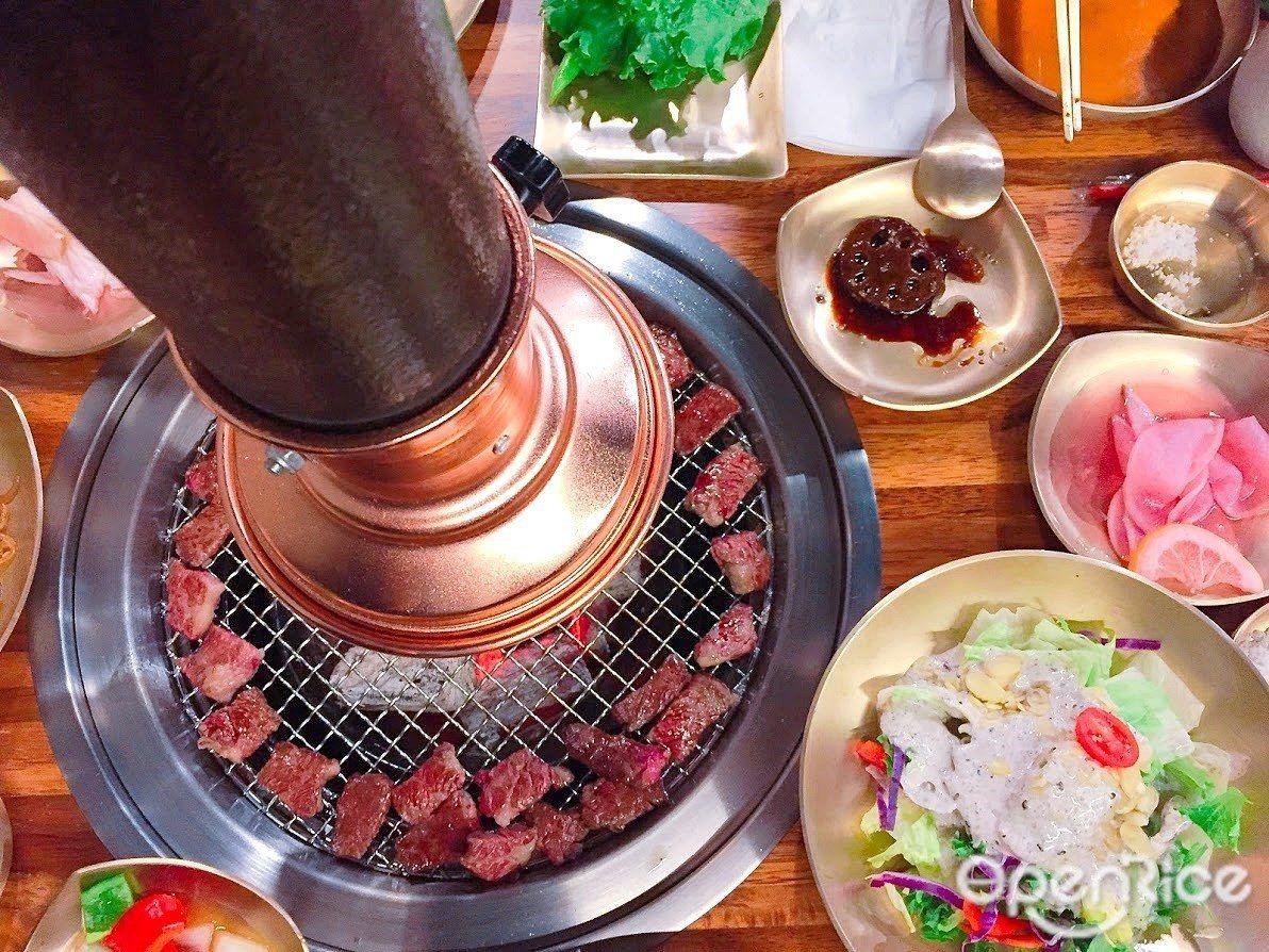 ▲專人幫你燒烤,切剪成完美入口大小排成一圈小鮮肉供享用。