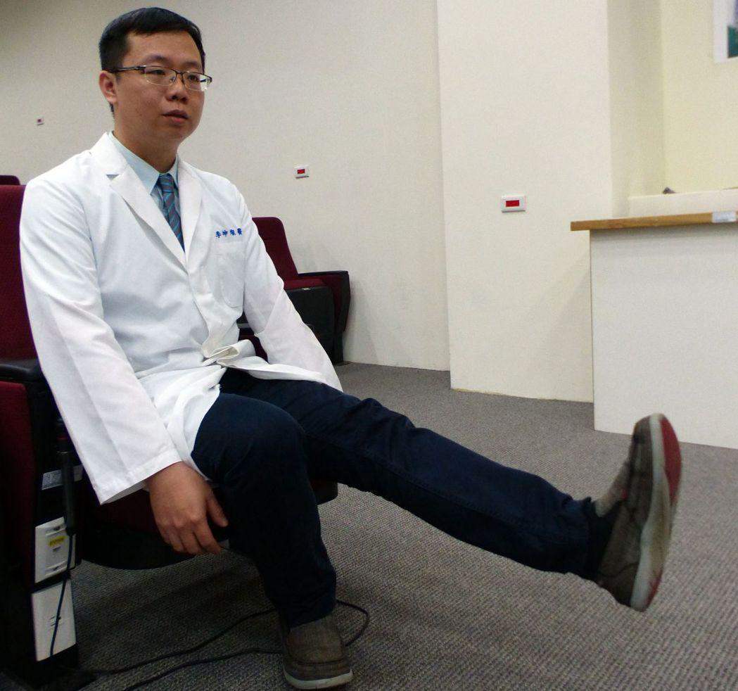 醫師李坤燦示範腳跟翹起、膝蓋打直的護膝運動。記者趙容萱/攝影