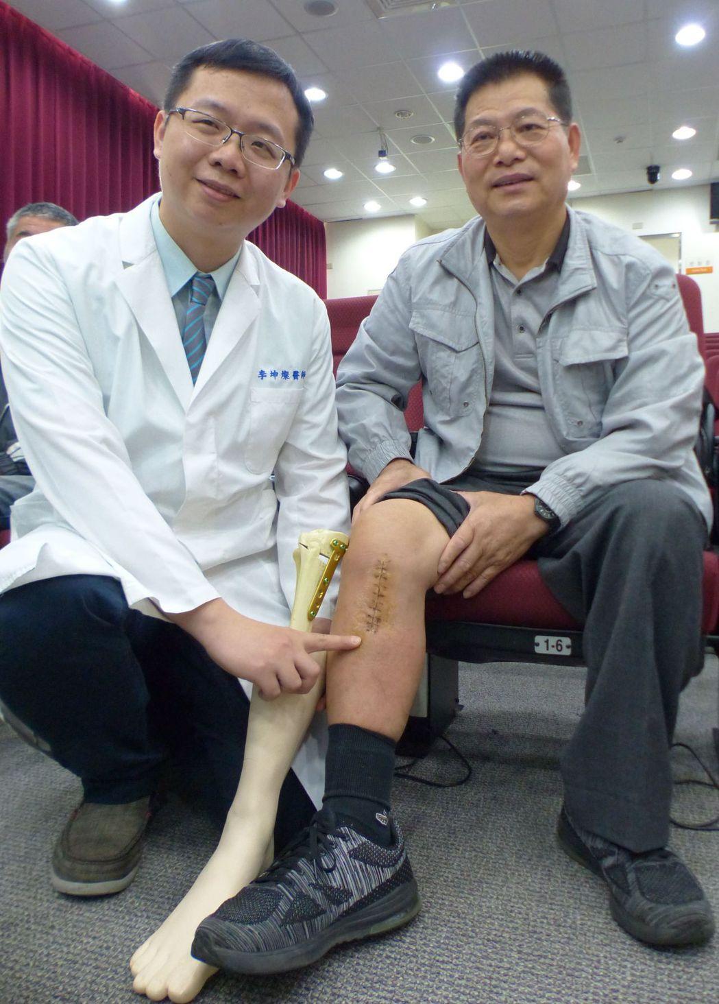 醫師李坤燦(左)說明,蔡姓上班族(右)接受高位脛骨截骨手術後,預計下周上班。記者...