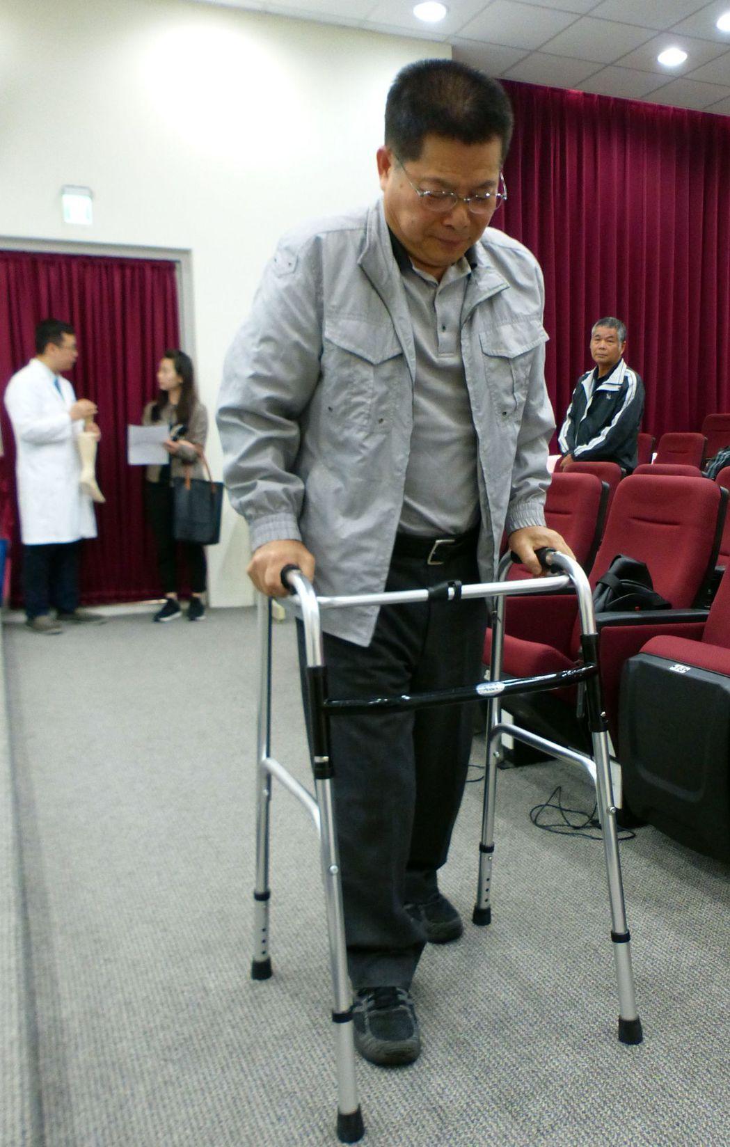 蔡姓上班族術後以助行器走路,待肌力強健後,預計下周上班。記者趙容萱/攝影