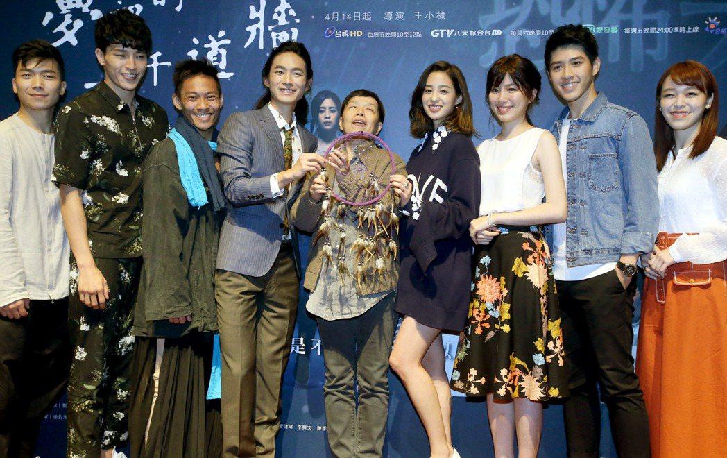 植劇場新戲「夢裡的一千道牆」舉辦媒體首映會,導演王小棣(中)與演員黃河(左四)、...