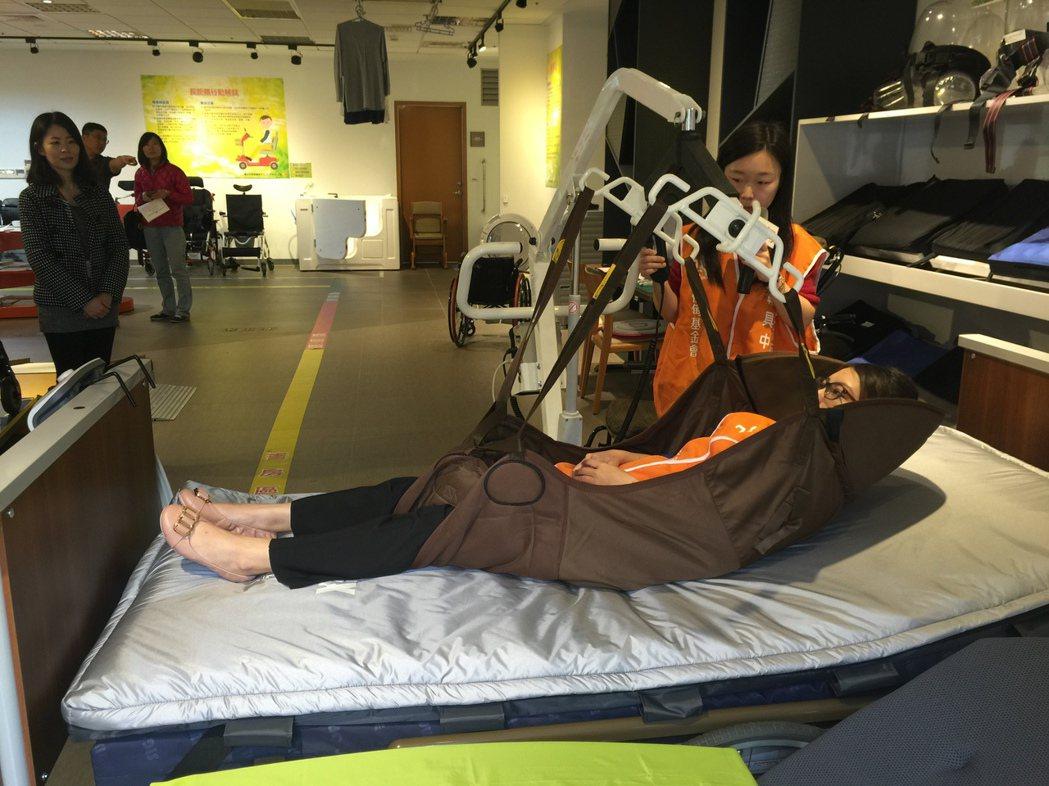 長期臥床的患者,移動常需移位機。 記者黃安琪/攝影
