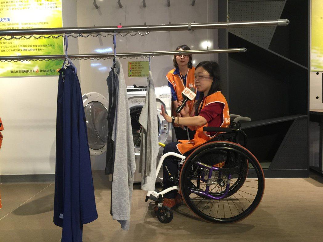 使用輪椅代步患者,透過居家無障礙設計,調整曬衣架的高度,也能發揮現有能力獨立從事...