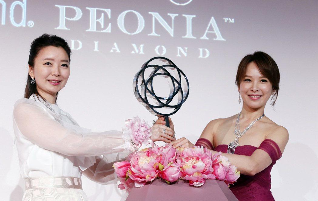 彼愛麗鑽石下午在君悅酒店舉行「藤愛」新品發表記者會,邀請新婚人妻天心來幸福演繹。...