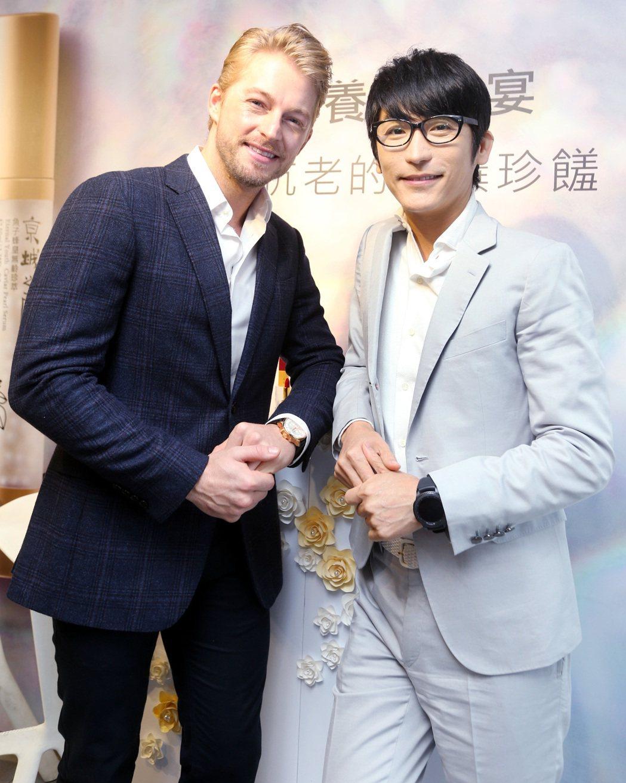 美容達人牛爾(右)與法國型男主廚法比歐(左)出席保養新品發表會。記者侯永全/攝影