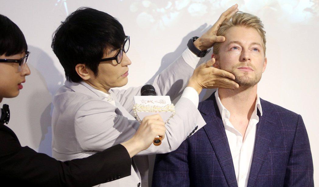 牛爾(左)讓法比歐(右)體驗保養品的緊實度。記者侯永全/攝影