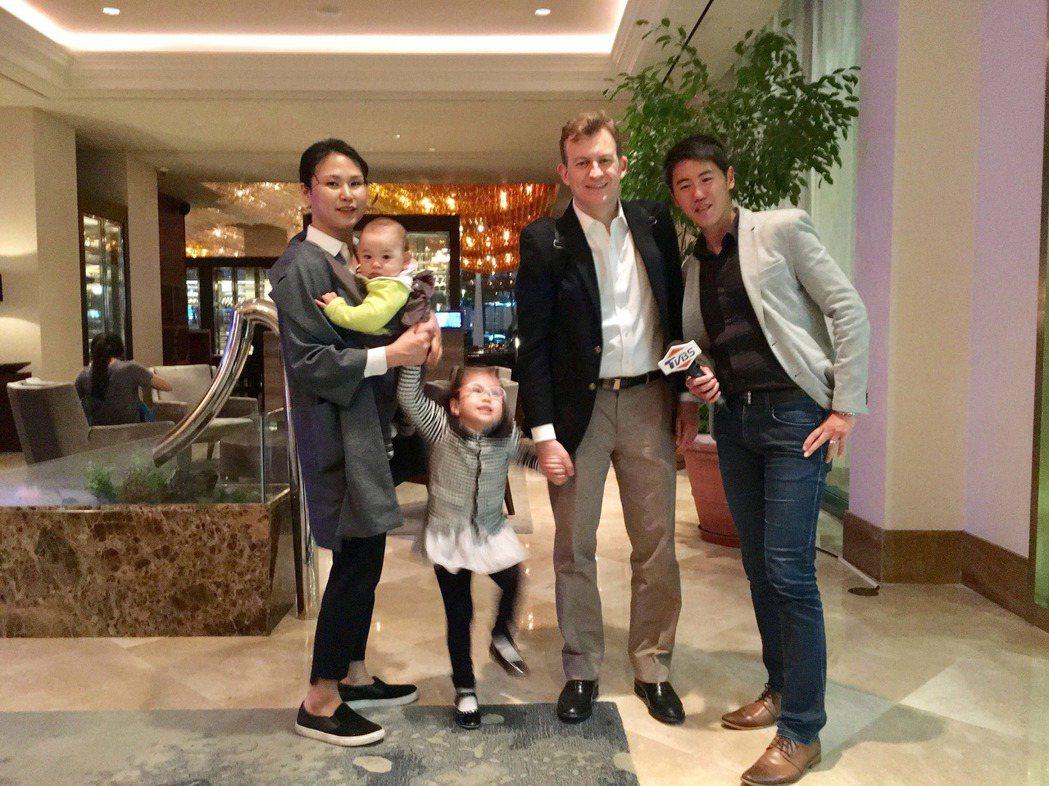 TVBS記者相振為(右)和凱利教授一家四口共進晚餐。圖/TVBS提供