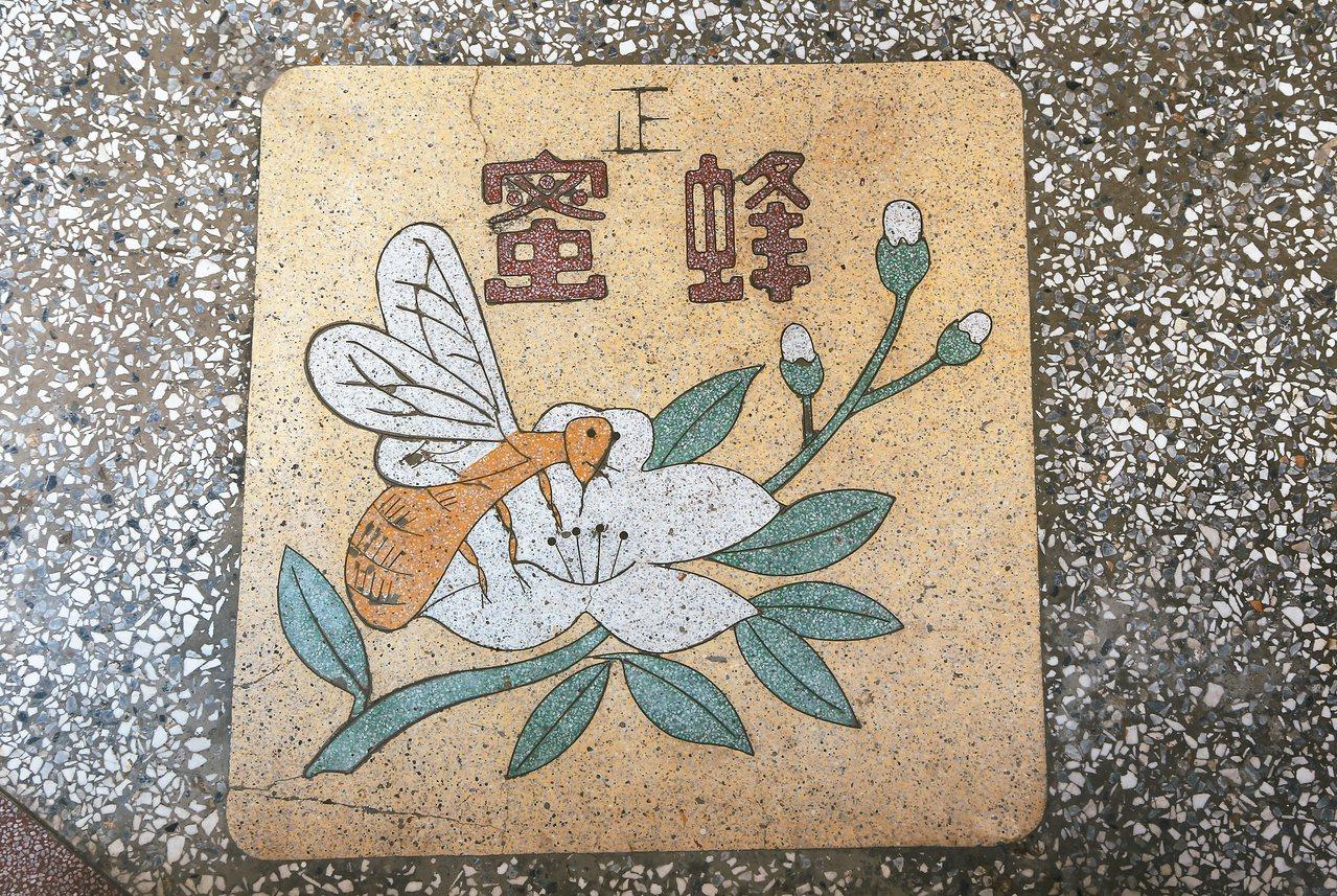 迪化二○七博物館一樓騎樓蜜蜂採蜜畫面。 ◎陳國慈/圖片提供