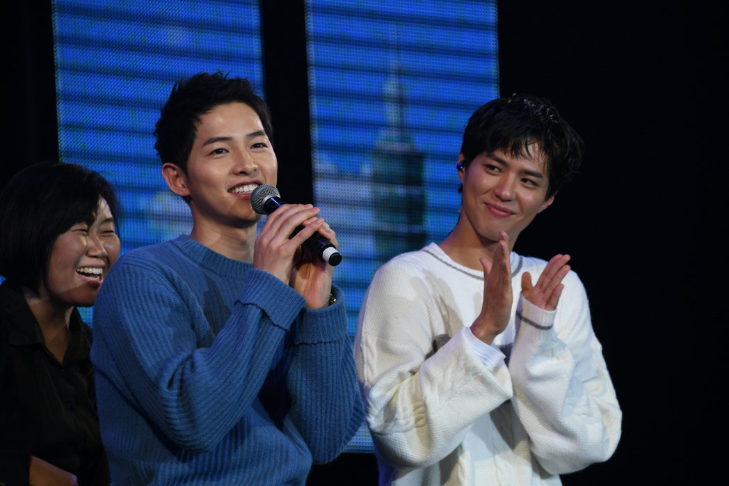 宋仲基(左)為朴寶劍見面會站台。圖/寶輝娛樂提供