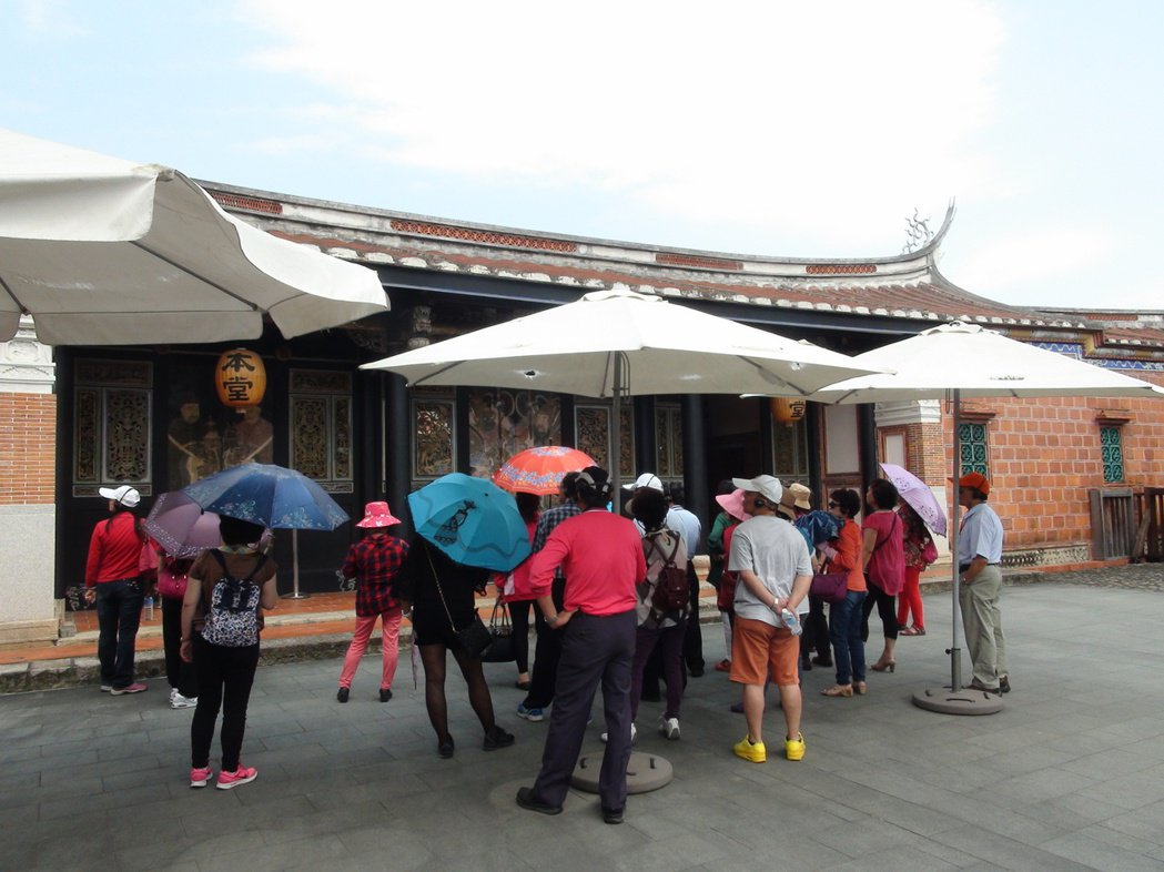 霧峰林家由文化部核定收費,入園除有免費導覽,還可體驗奉茶,附加價值多。 記者余采...