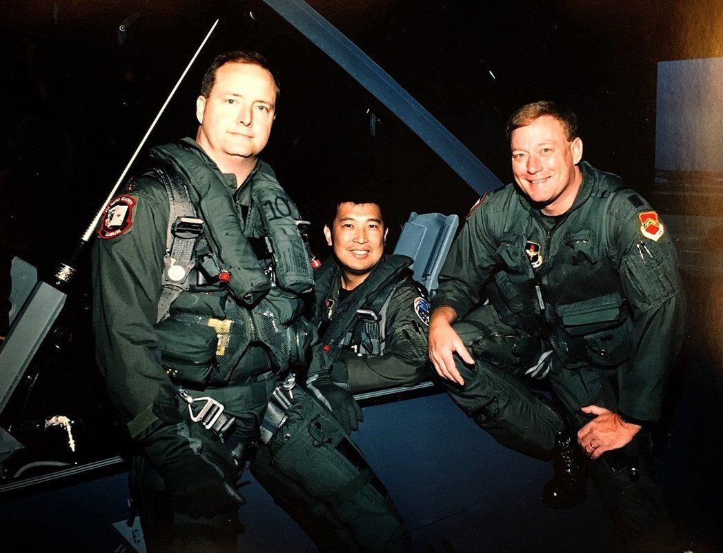 第一批F-16飛交作業的三名飛官,在出發前合影:左起韓森少校、郝光明中校、米契爾...