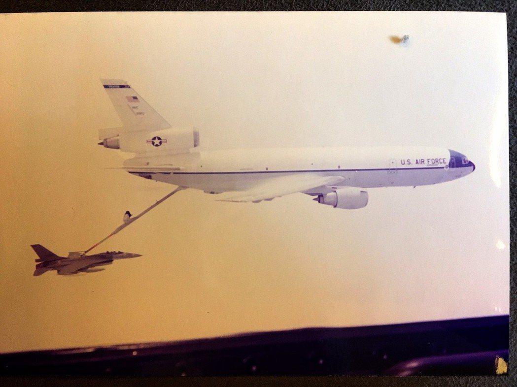 F-16由KC-10加油機隨行,跨越太平洋過程中,共接受19次空中加油。 圖/郝...