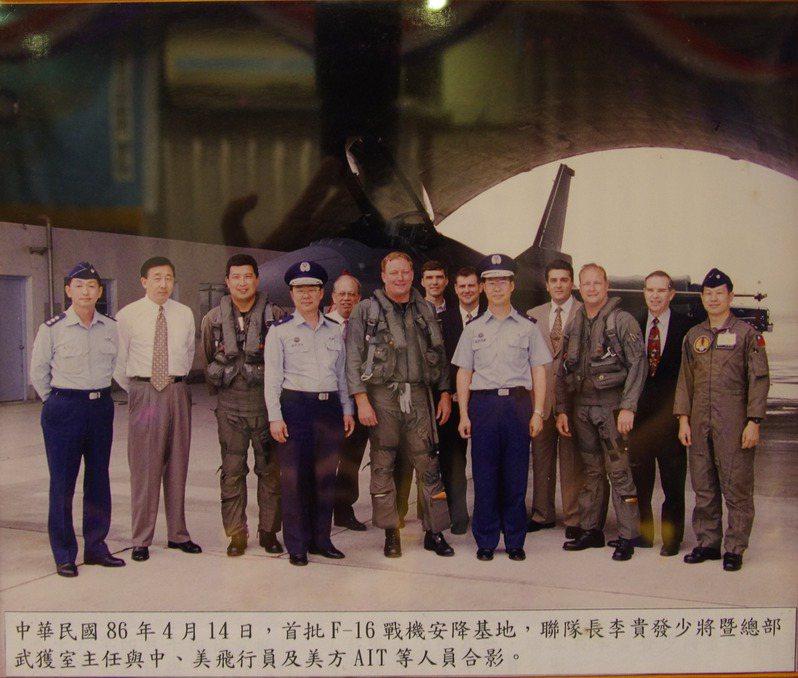 第一批F-16飛抵嘉義後,雙方人員合影。 記者程嘉文/翻攝